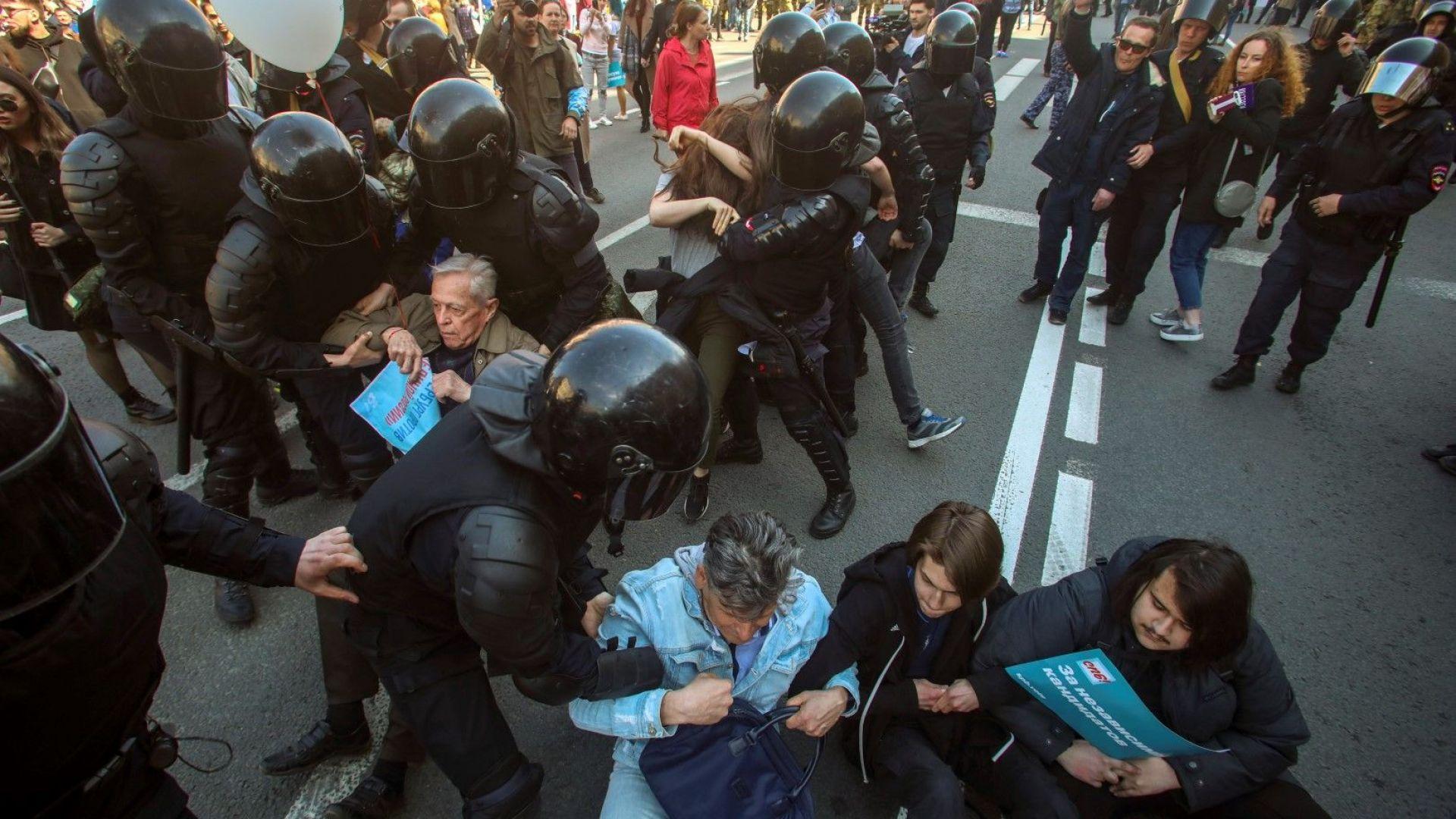 Първомайските демонстрации:  от сблъсъци с полицията, през проевропейски лозунги и арeстувани