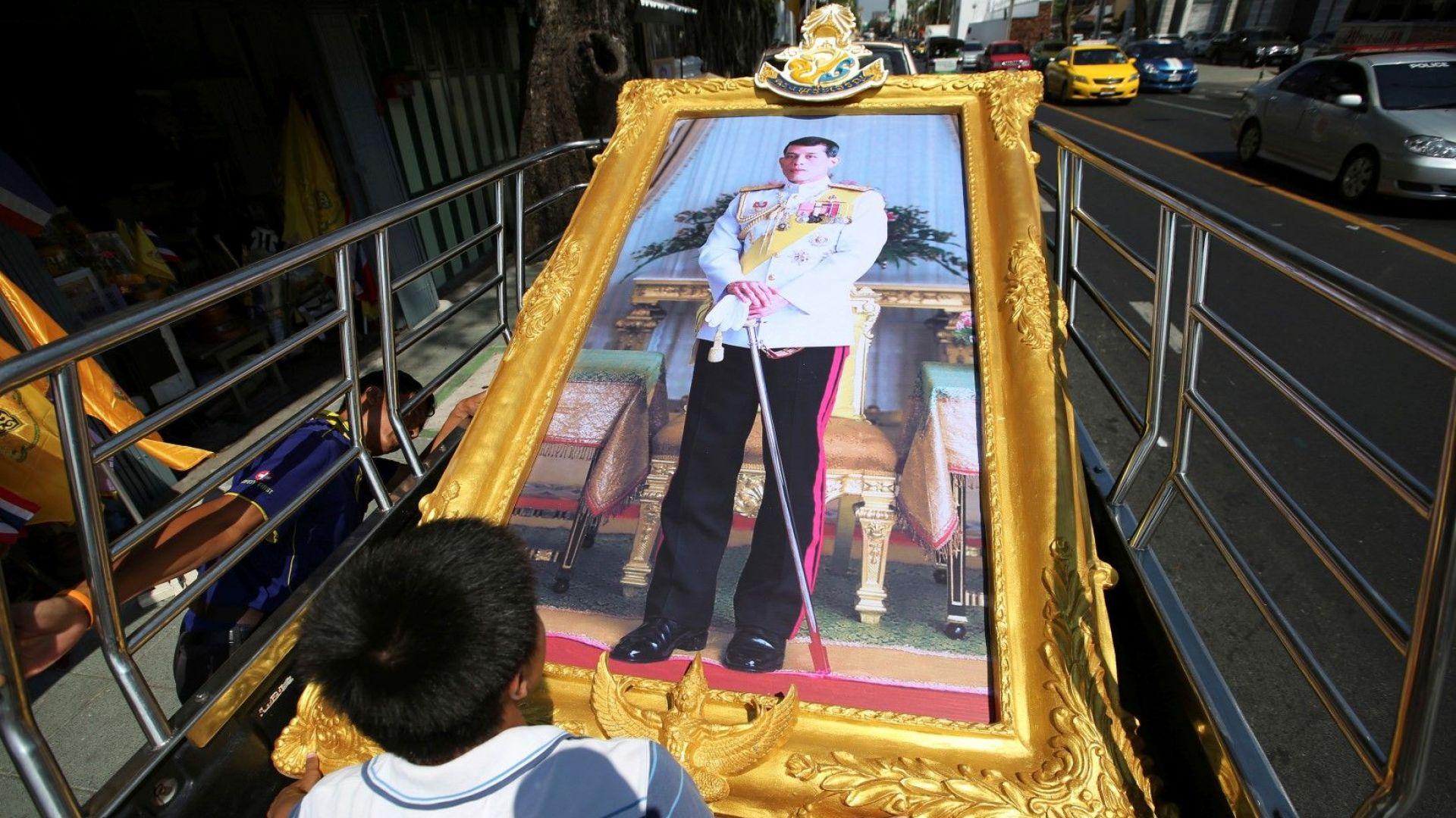 Новият крал на Тайланд обяви брака си и името на новата кралица