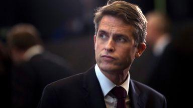 Тереза Мей уволни британския  министър на отбраната