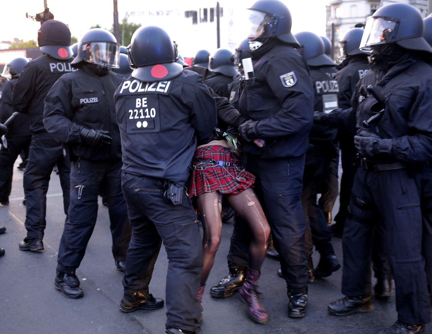 Арест на млада жена по време на първомайската демонстрация в Берлин
