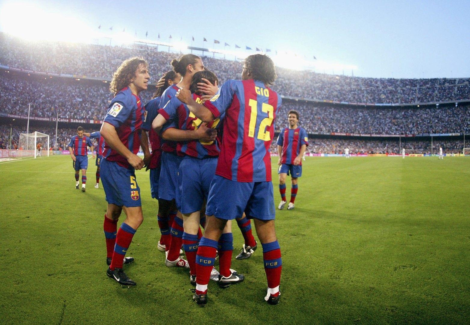 1 май 2005 г., Барселона - Албасете 2:0. Меси е в прегръдките на съотборниците си - първи гол за Барса! 34-и кръг на първенството, резултатът става 2:0.