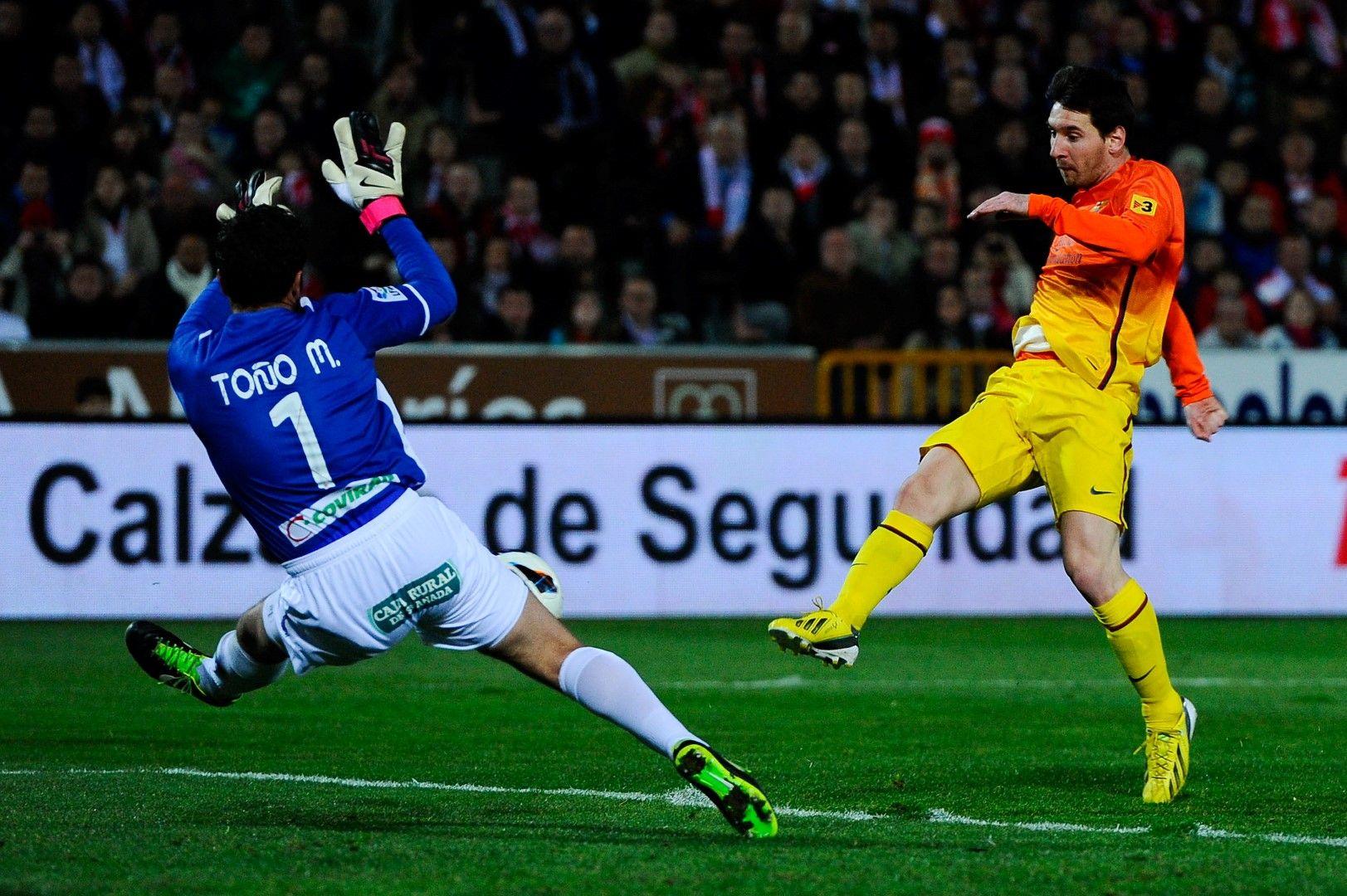 16 февруари 2013 г., Гранада - Барселона 1:2. Меси бележи победното попадение от пряк свободен удар 17 минути преди края. Това е гол №300 с екипа на Барселона.