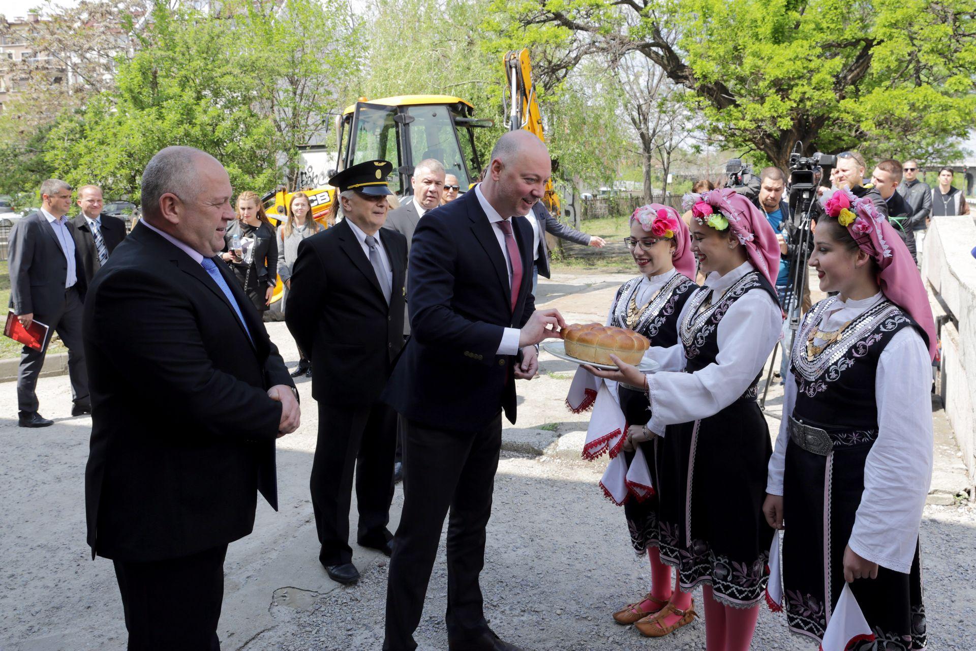 Министърът на транспорта Росен Желязков (ляво) участва в официална церемония за началото на реконструкцията на жп гара Подуяне