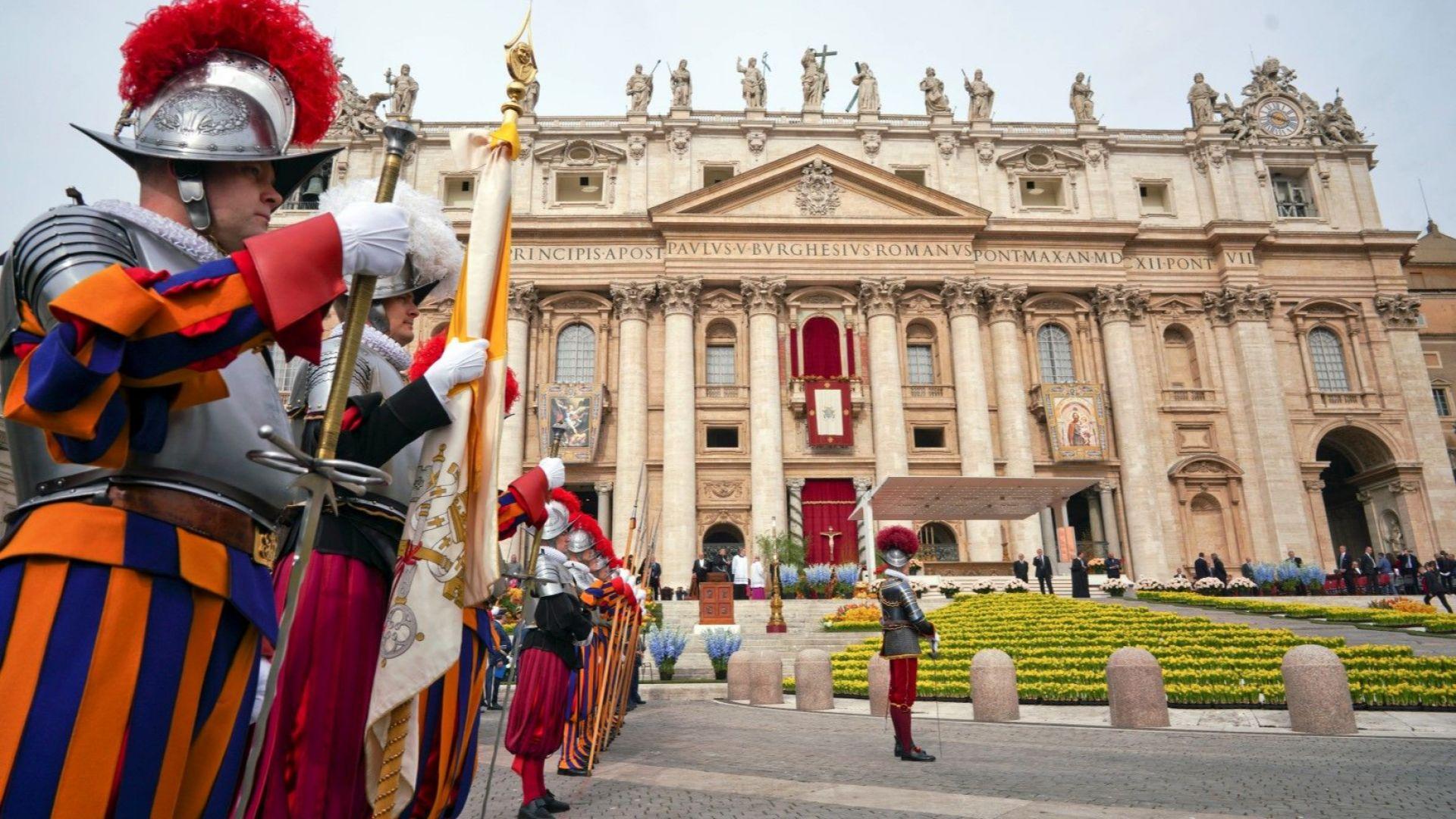 Те пазят папата: Безмилостни охранители, облечени като участници в пъстър карнавал