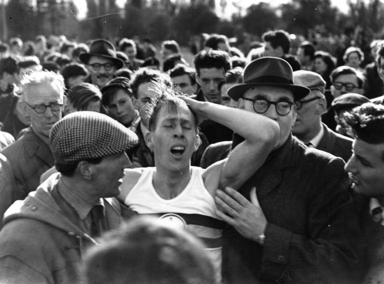 Тълпата го понася на ръце, а той не вярва - свалил е под 4 минути времето за бягане на 1 миля