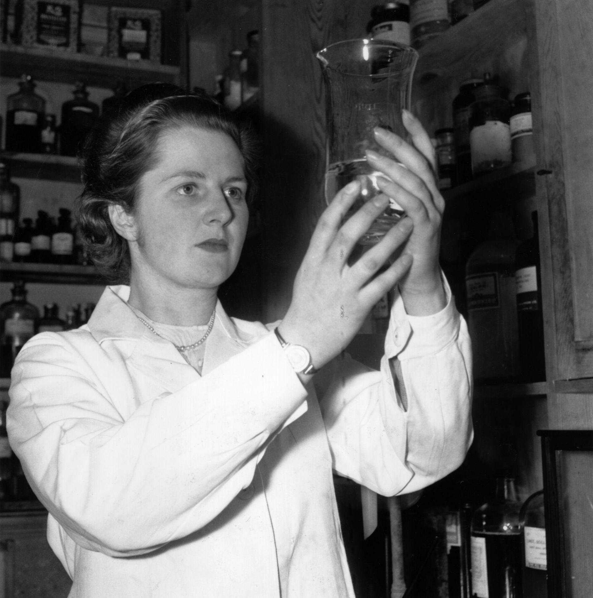 През 1947 г. Маргарет Тачър става бакалавър по химия