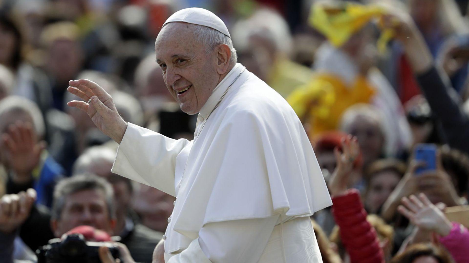 Папата в туитър: Придружете с молитва пътуването ми в България