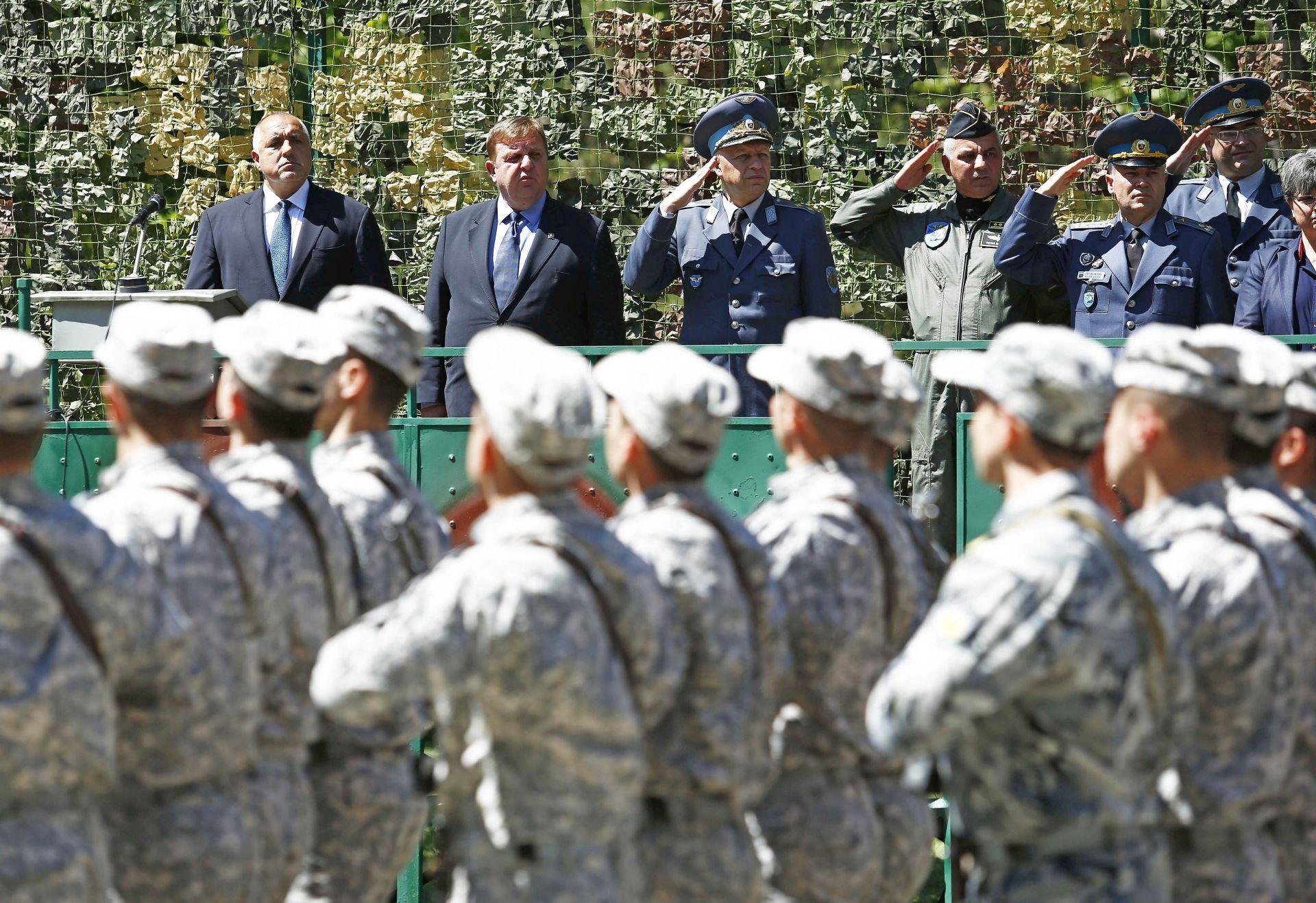 Премиерът бе придружен при посещението си в Долна Митрополия от министъра на отбраната Красимир Каракачанов и от командира на Военновъздушните сили генерал-майор Цанко Стойков