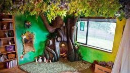Любящ баща за 18 месеца създава вълшебно дърво в спалнята на дъщеря си