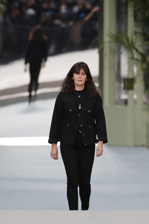 Дизайнерът Вирджиния Виард приема аплодисменти в края на модната колекция