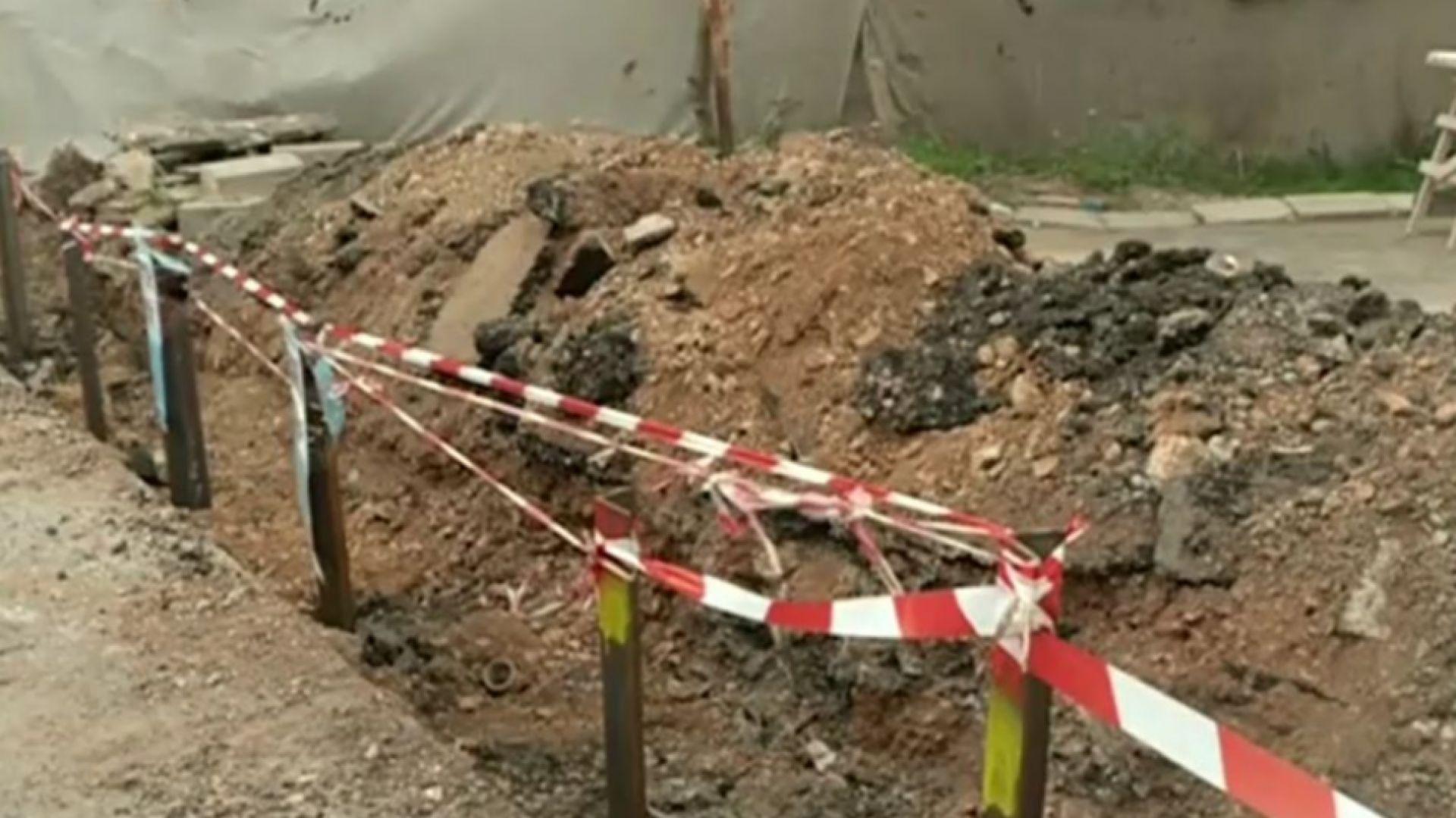 """Глобиха софиянците, разкопали улица като """"частен имот"""". Те слагат бариера"""