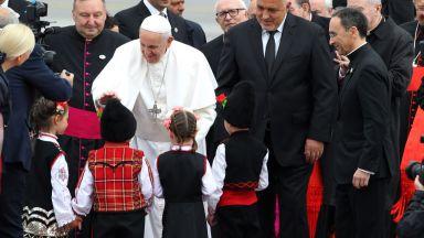Папа Франциск пристигна в България (снимки)