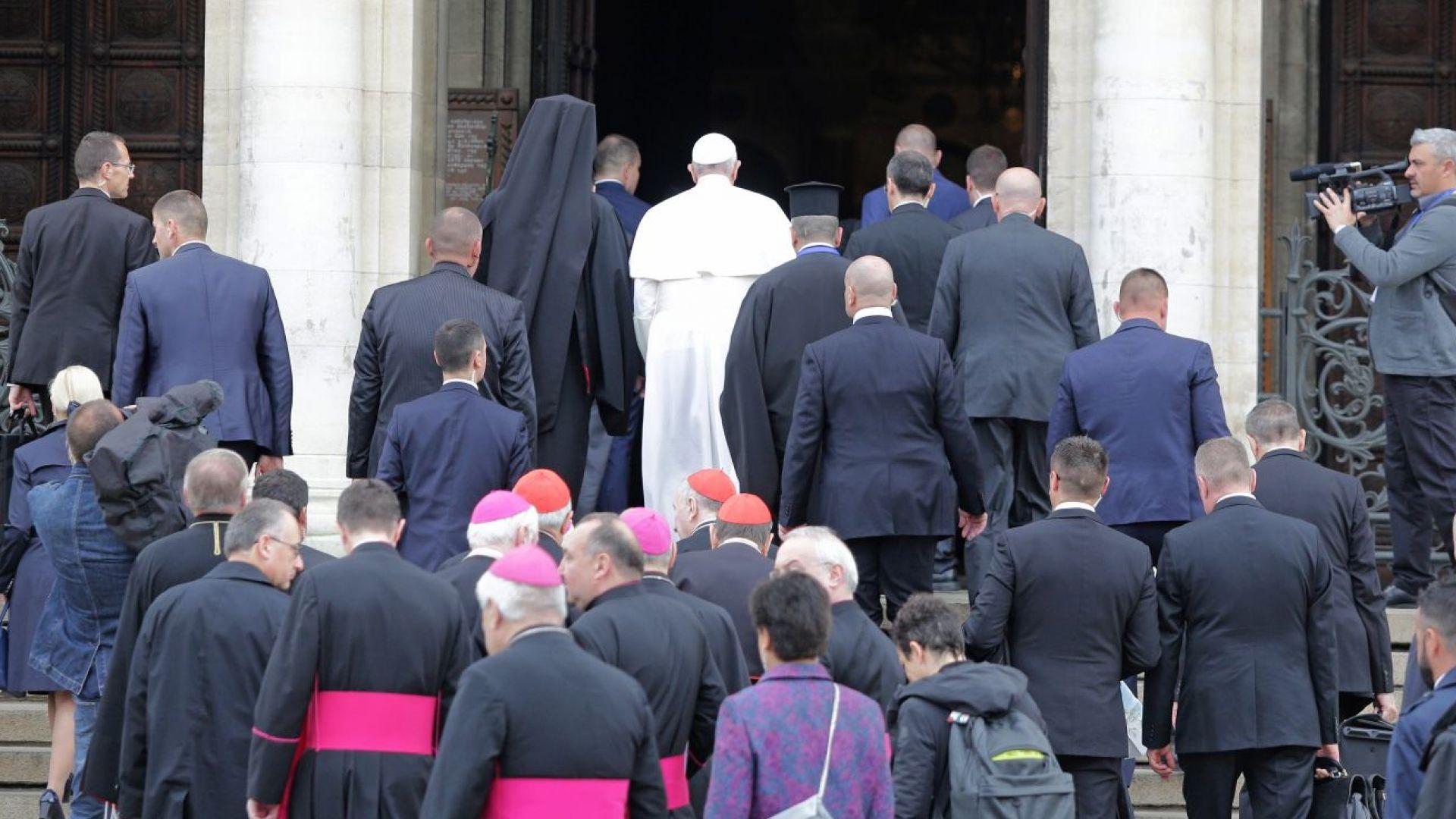 """Папа Франциск се срещна с патриарх Неофит, помоли се в """"Св. Александър Невски"""" и се снима с вярващи"""