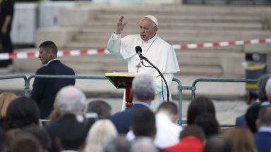 """Папата започна """"Царице небесна"""" с думите: На кръстопътя на вероизповеданията сте"""