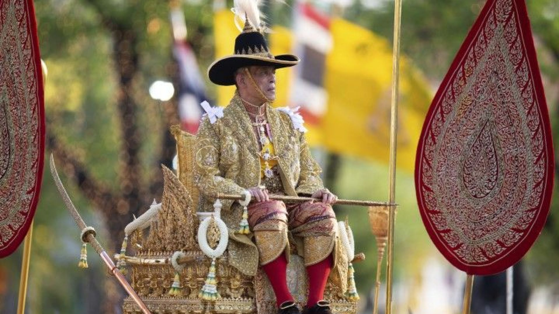 Хиляди приветстваха новия крал на Тайланд на пищна церемония в жегата