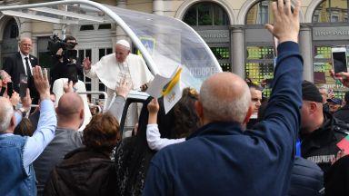 Франциск помаха от папамобила, хиляди го посрещнаха за неделната меса