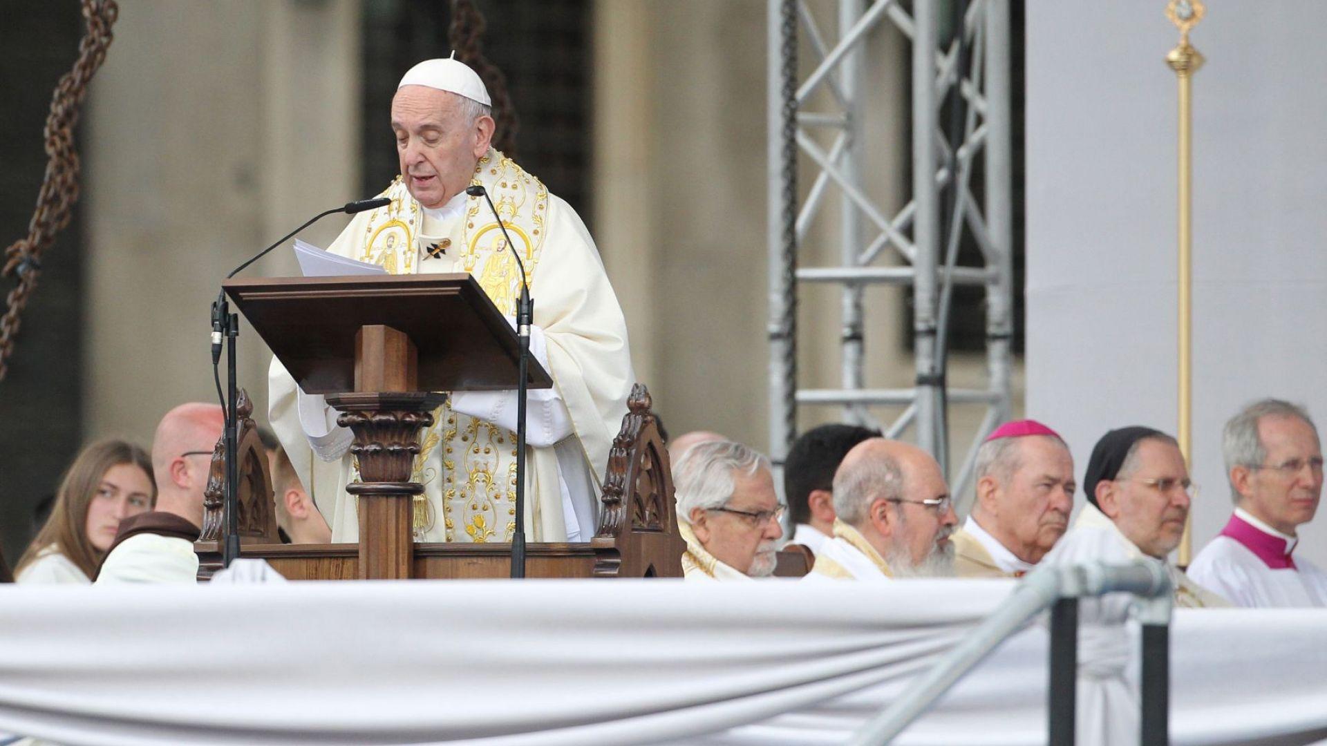 Папа Франциск отслужи литургия за десетки милиони пред тв екрана и хиляди на площада