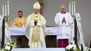 Папа Франциск избра да служи с дар от Бойко Борисов
