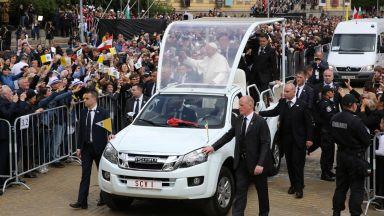 Двама младежи са задържани заради заплахи към Франциск