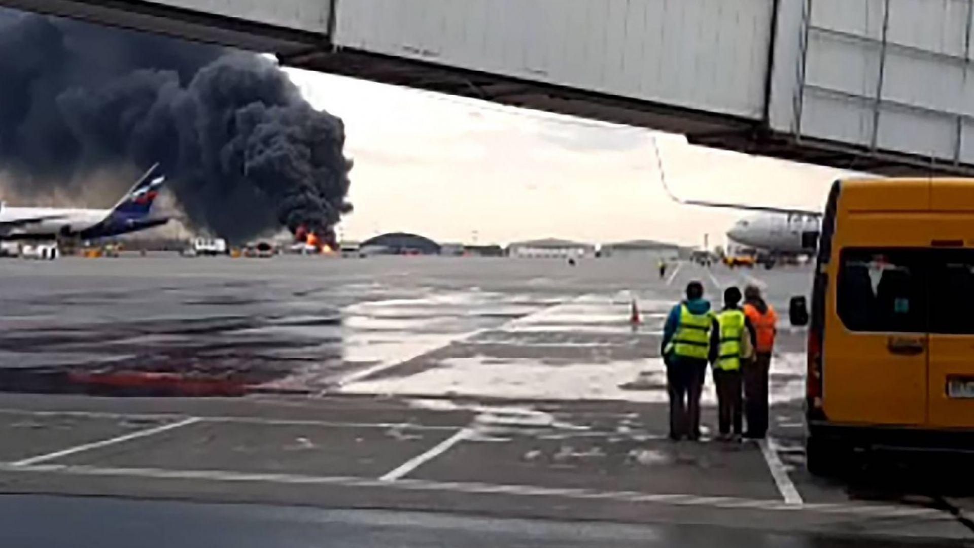Пътнически самолет се запали при кацане в Москва, има поне 41 жертви (видео)