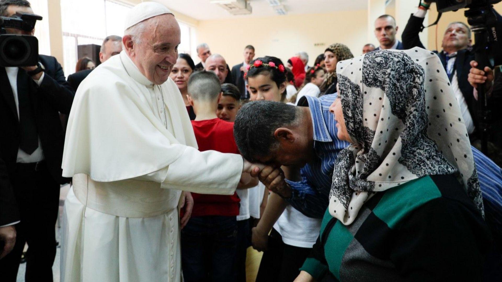 """Папа Франциск се срещна с бежанците във """"Враждебна"""""""