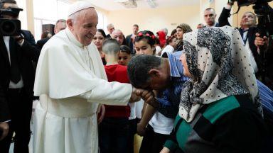 """Франциск се срещна с бежанците във """"Враждебна"""""""
