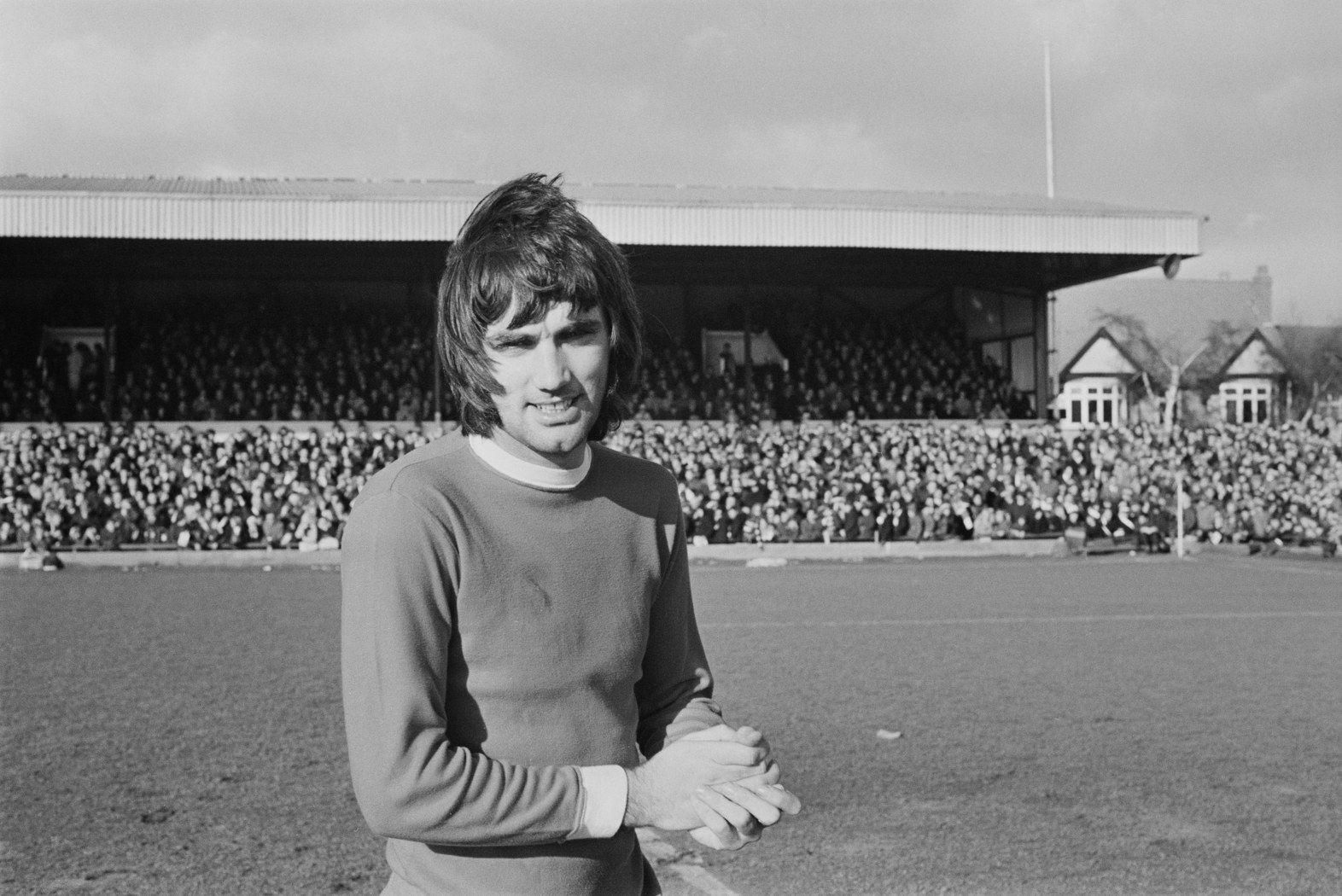 """Джордж Бест - може би най-емблематичният футболист в историята на Манчестър Юнайтед. Култовата фигура, която е атрактивна колко на терена, толкова и извън него. Изигра 361 мача за """"червените дяволи"""", в които вкара 137 гола."""