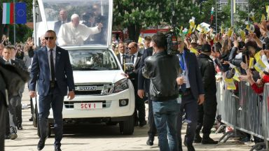 """Хиляди приветстваха папа Франциск в Раковски за """"първа среща на децата с Господа"""""""