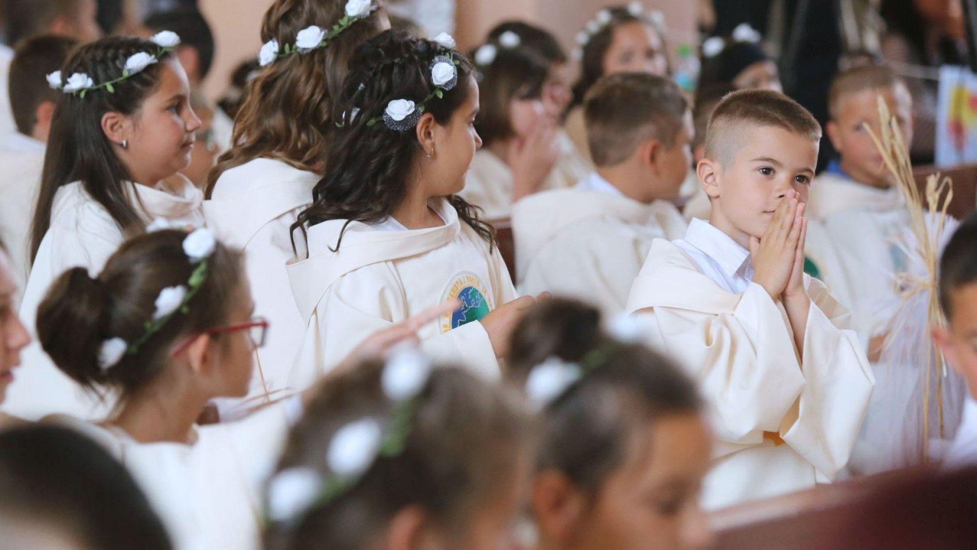 Папа Франциск даде първо причастие на 245 деца - за първата им среща с Господ