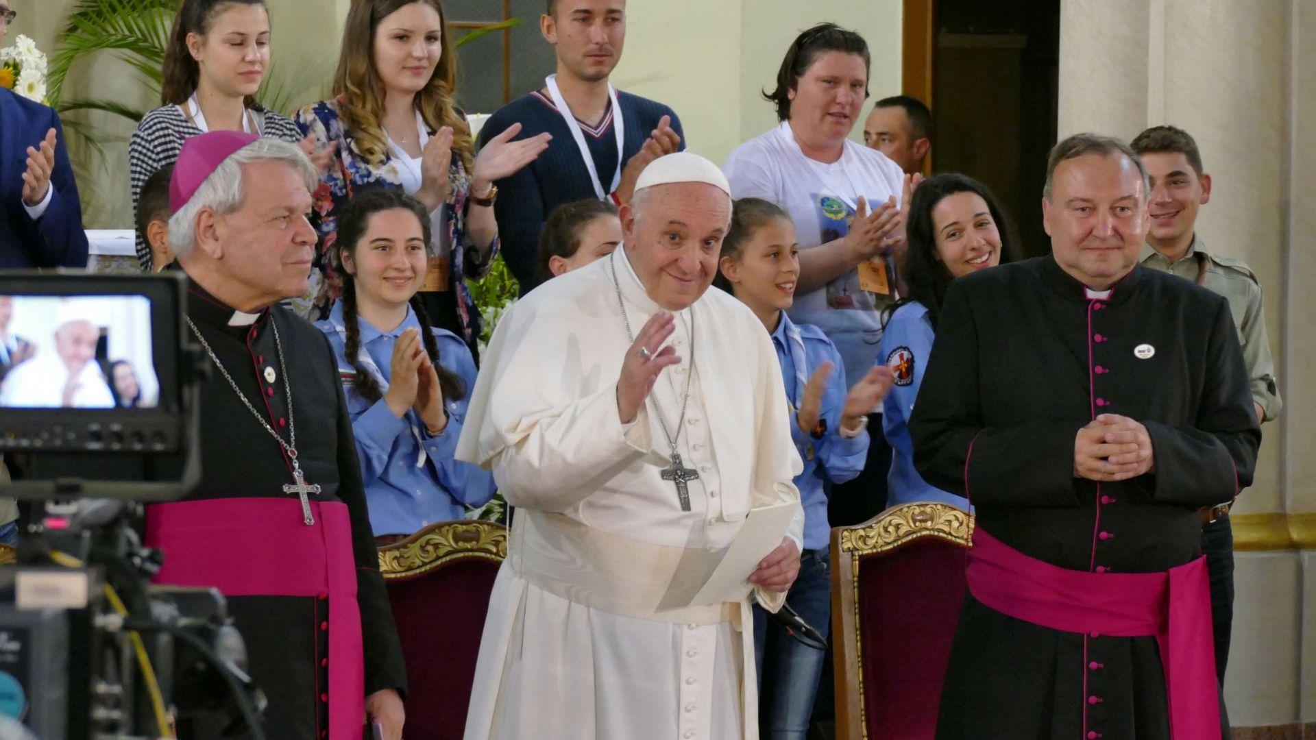 Папата пред католиците в Раковски: И да се карате, и да хвърчат чинии, не завършвайте с война