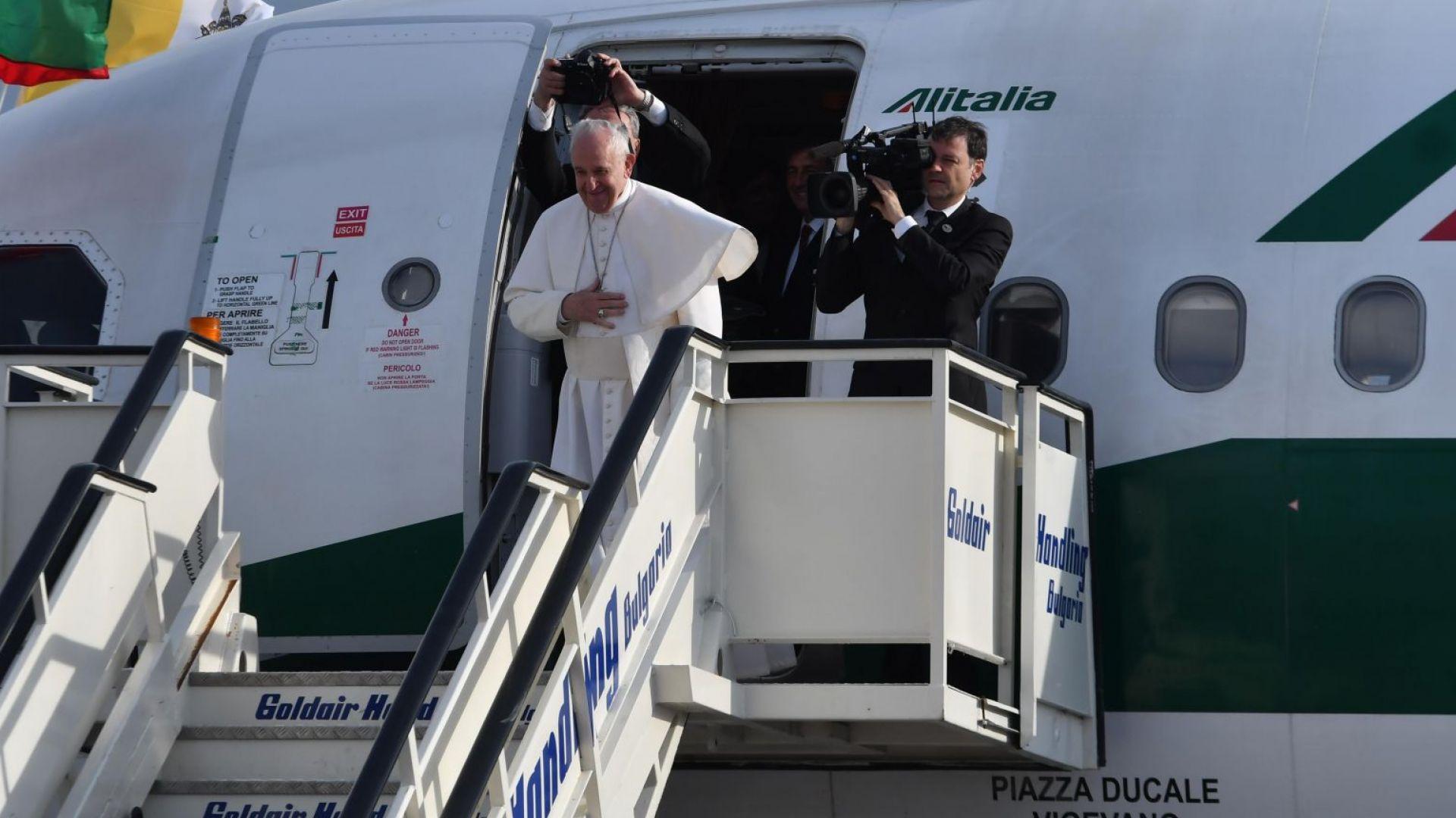Приключи визитата на папа Франциск, премиерът го изпрати на летището (видео)