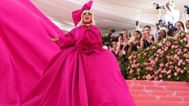 """Лейди Гага се разсъблече на """"Мет гала"""""""
