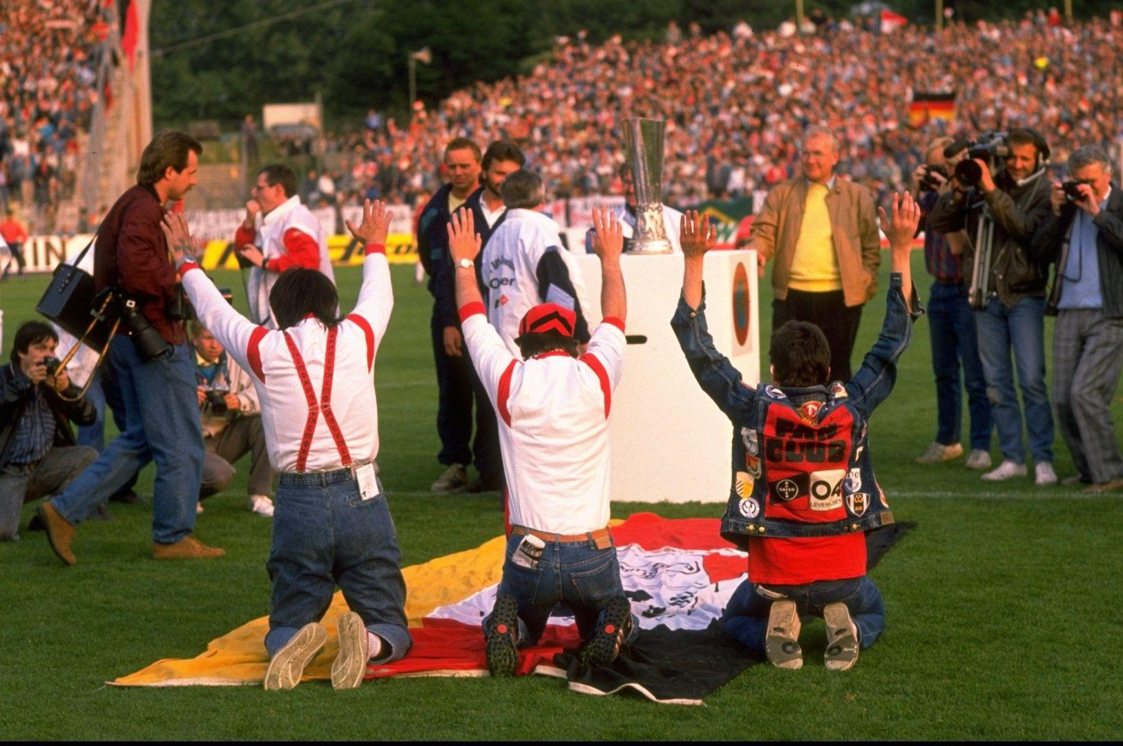 """Феновете на Байер Леверкузен са нахлули на терена и """"славят"""" купата, която е за техния тим след паметен обрат срещу Еспаньол във финала от 1988 г."""