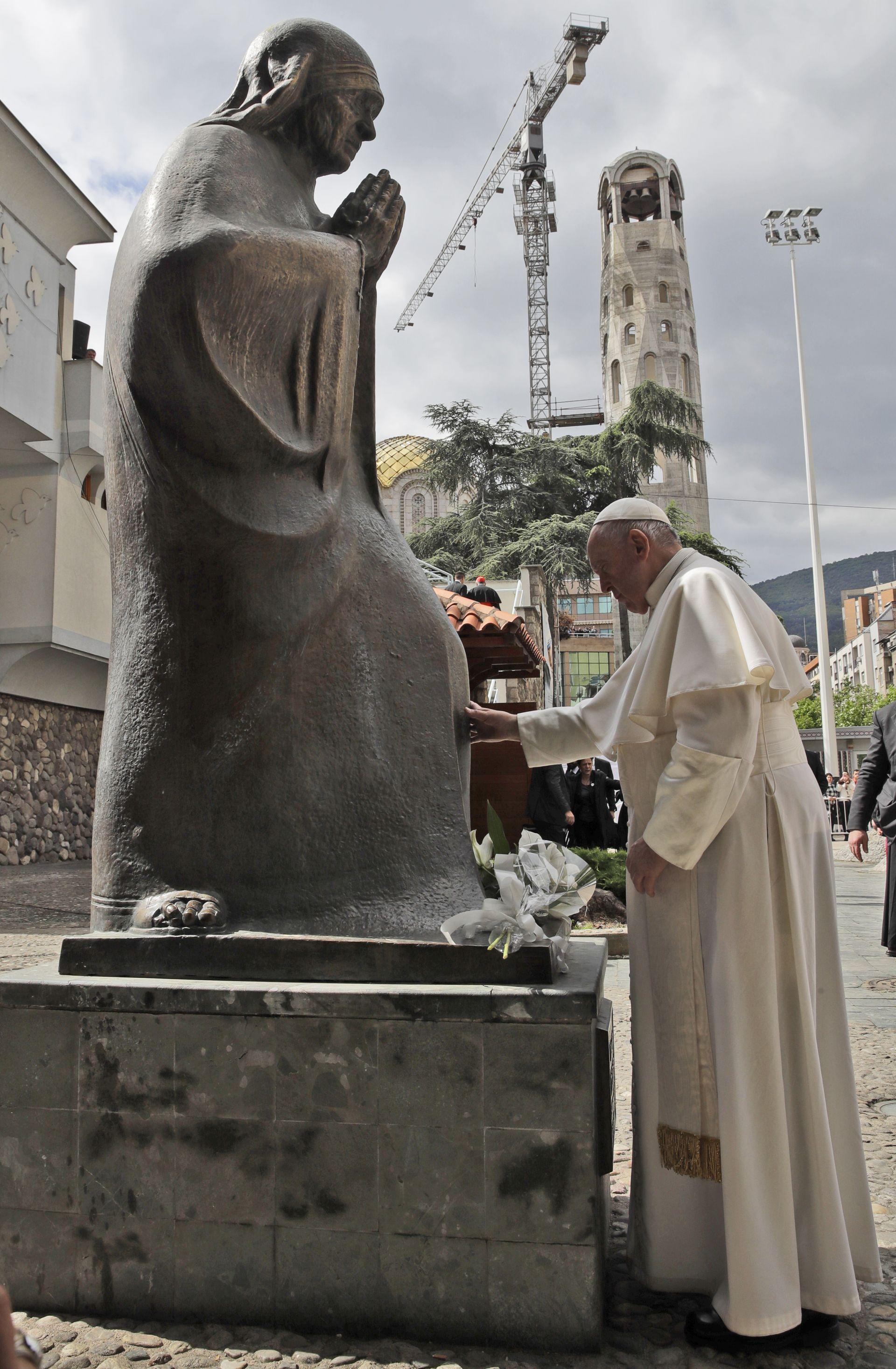 Папа Франциск се моли пред статуята на Майка Тереза в  Скопие