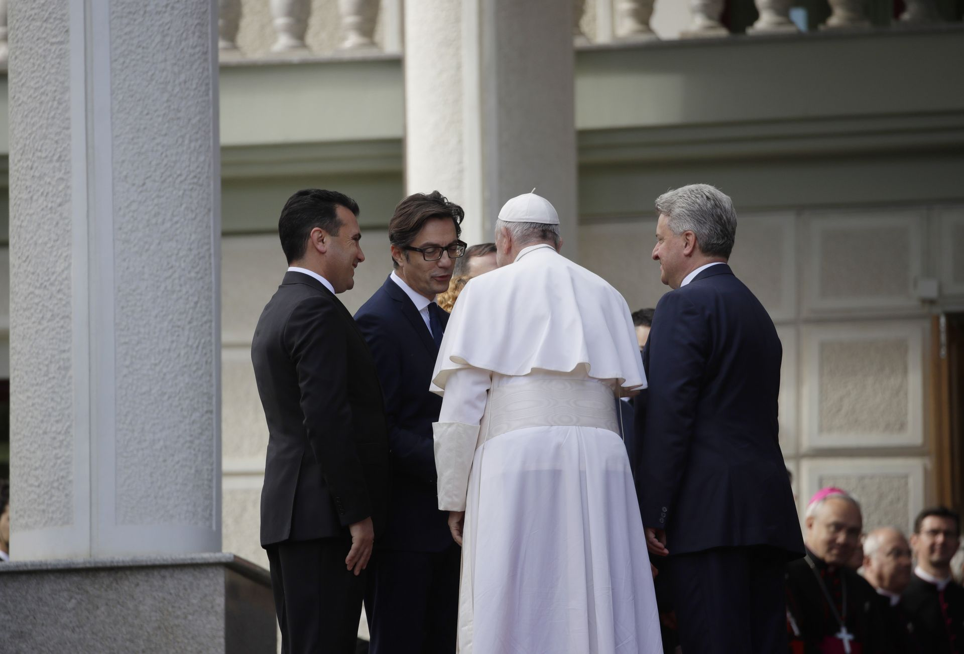 Папа Франциск бе посрещнат от министър-председателя на Северна Македония Зоран Заев, вляво, от президента Стево Пендаровски и напускащия президент Георге Иванов