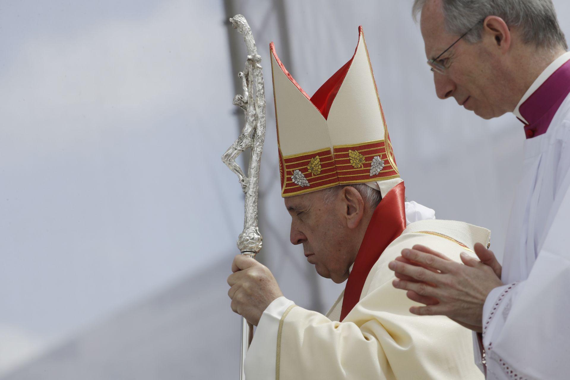"""Папата на площад """"Македония"""" преди да отслужи Светата литургия"""