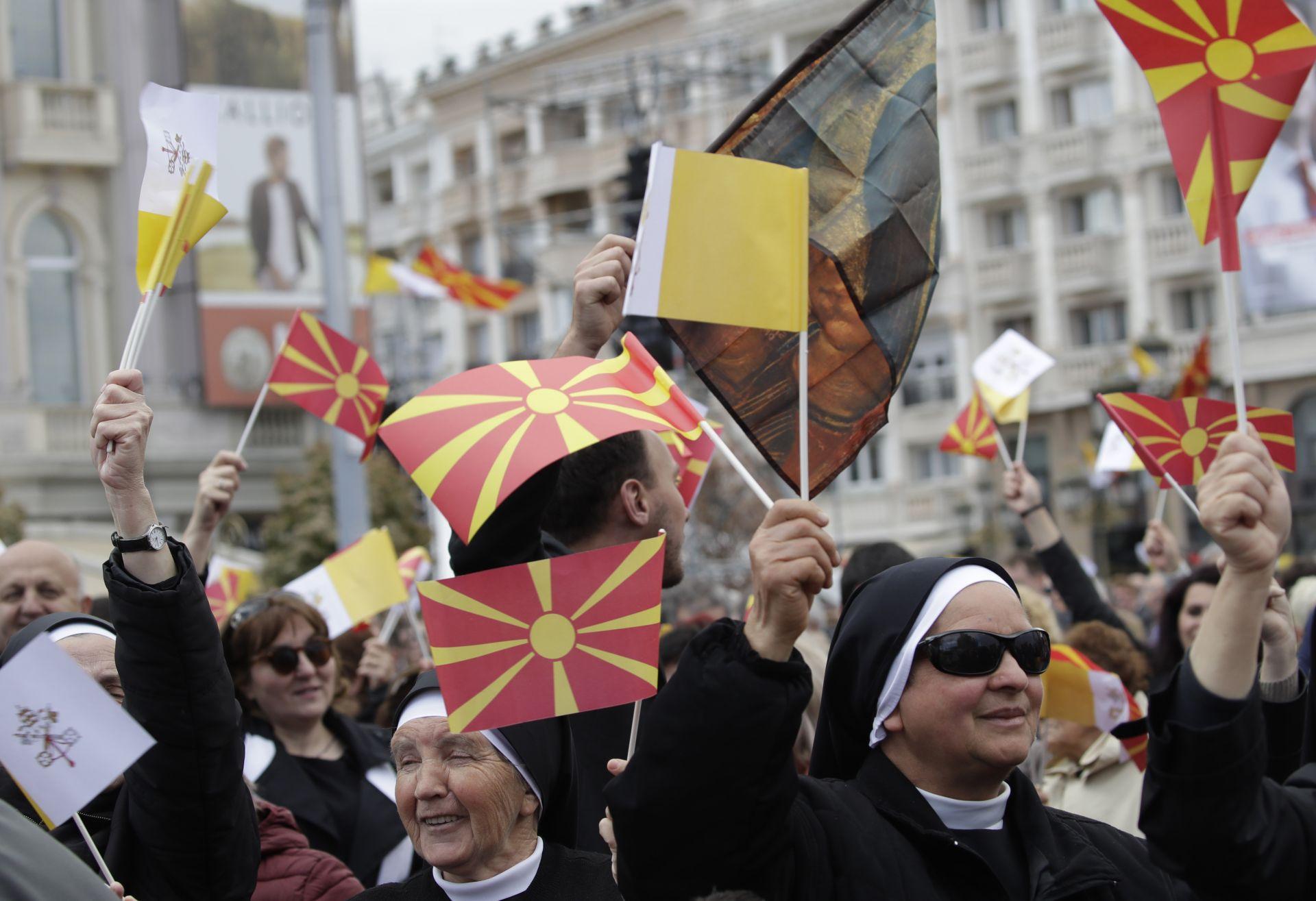 """Хиляди се събраха на площад """"Македония"""" в Скопие за литургията на папата"""