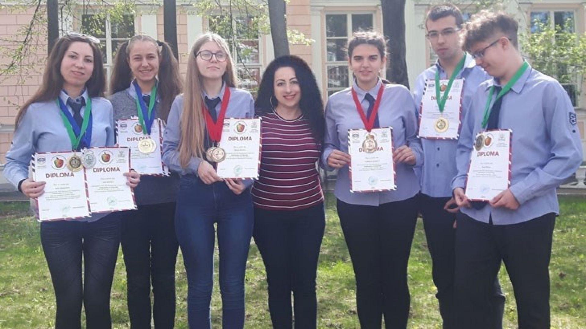 Ученици от Русе се завърнаха с 3 златни медала от конкурс по математика в Москва