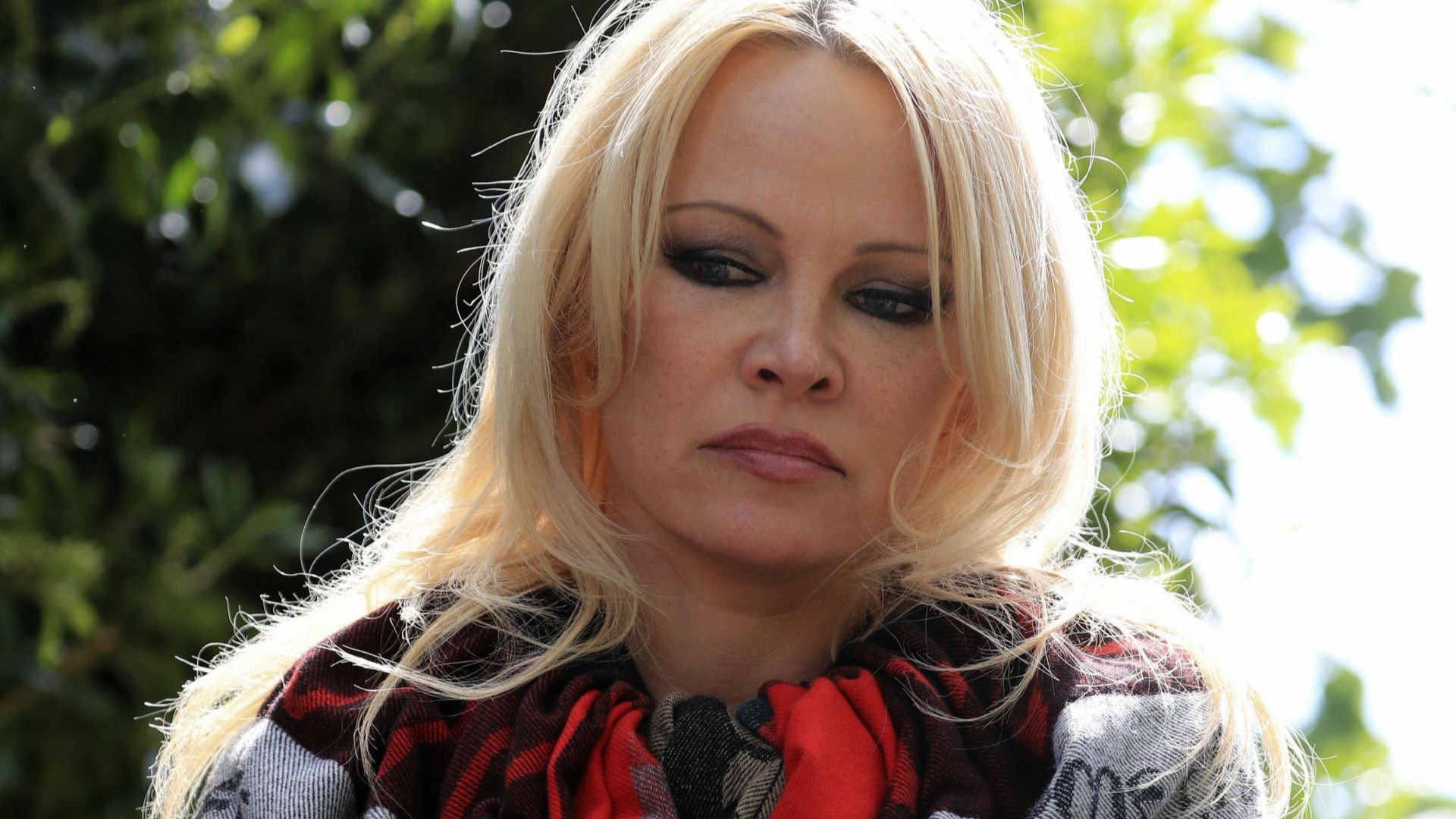 Памела Андерсън посети Джулиан Асандж в лондонския затвор: Обичам го!