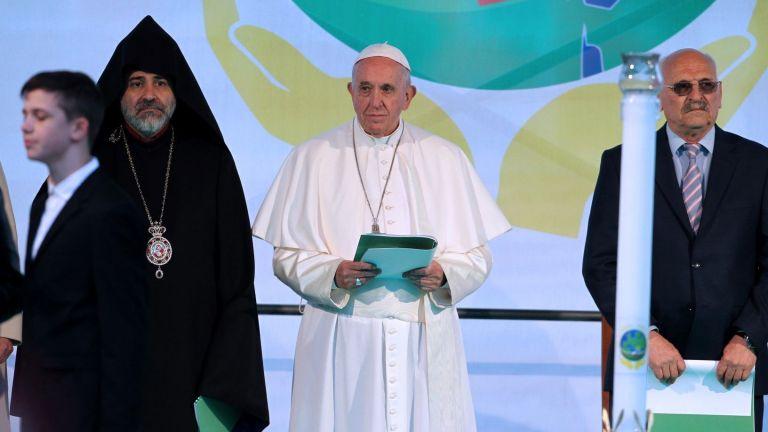 Пърформанс ли е молитвата за мир и какъв е ефектът от посещението на папа Франциск