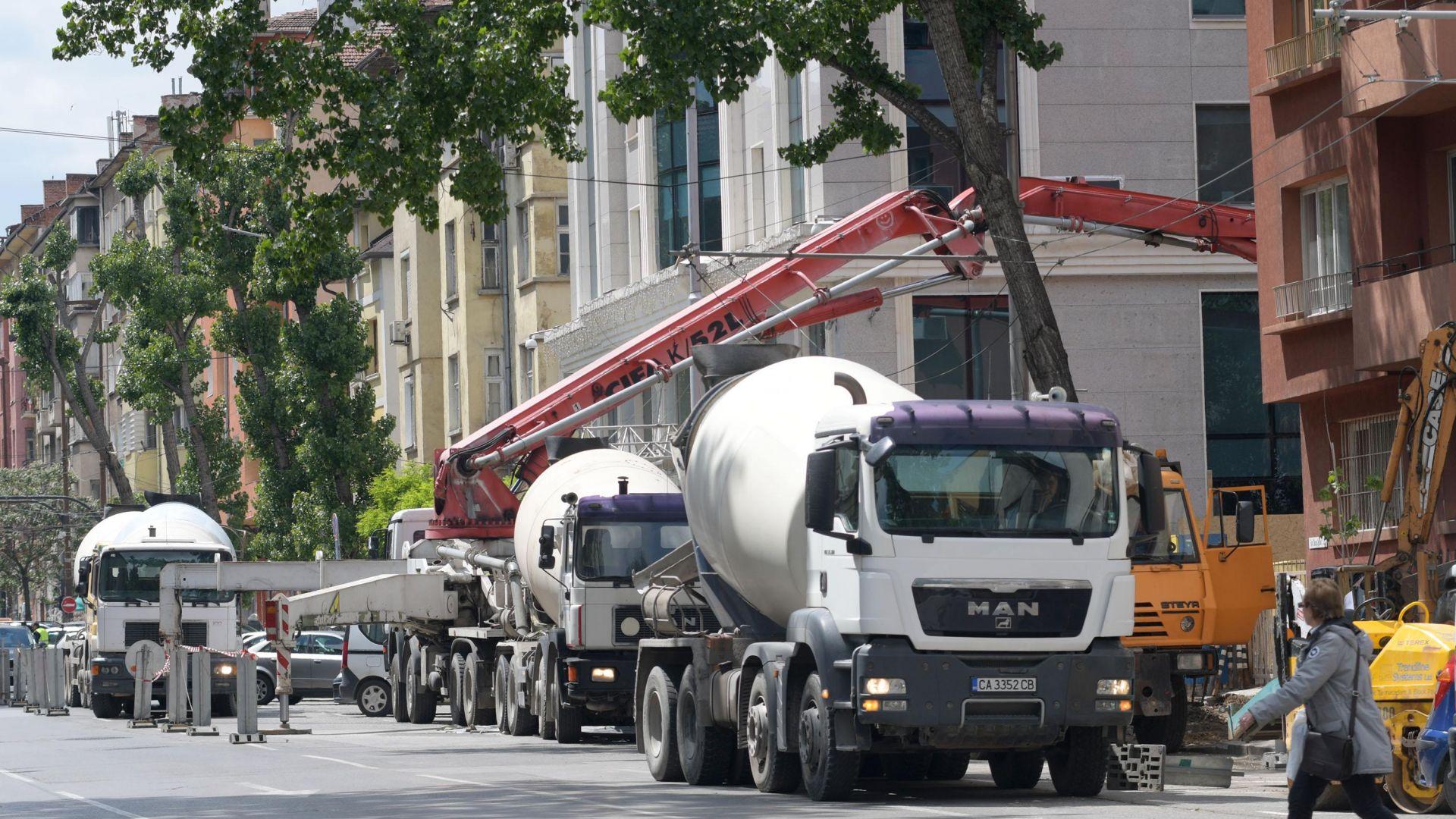 Стотици кубични метра бетон изливат на мястото на Двойната къща (снимки)