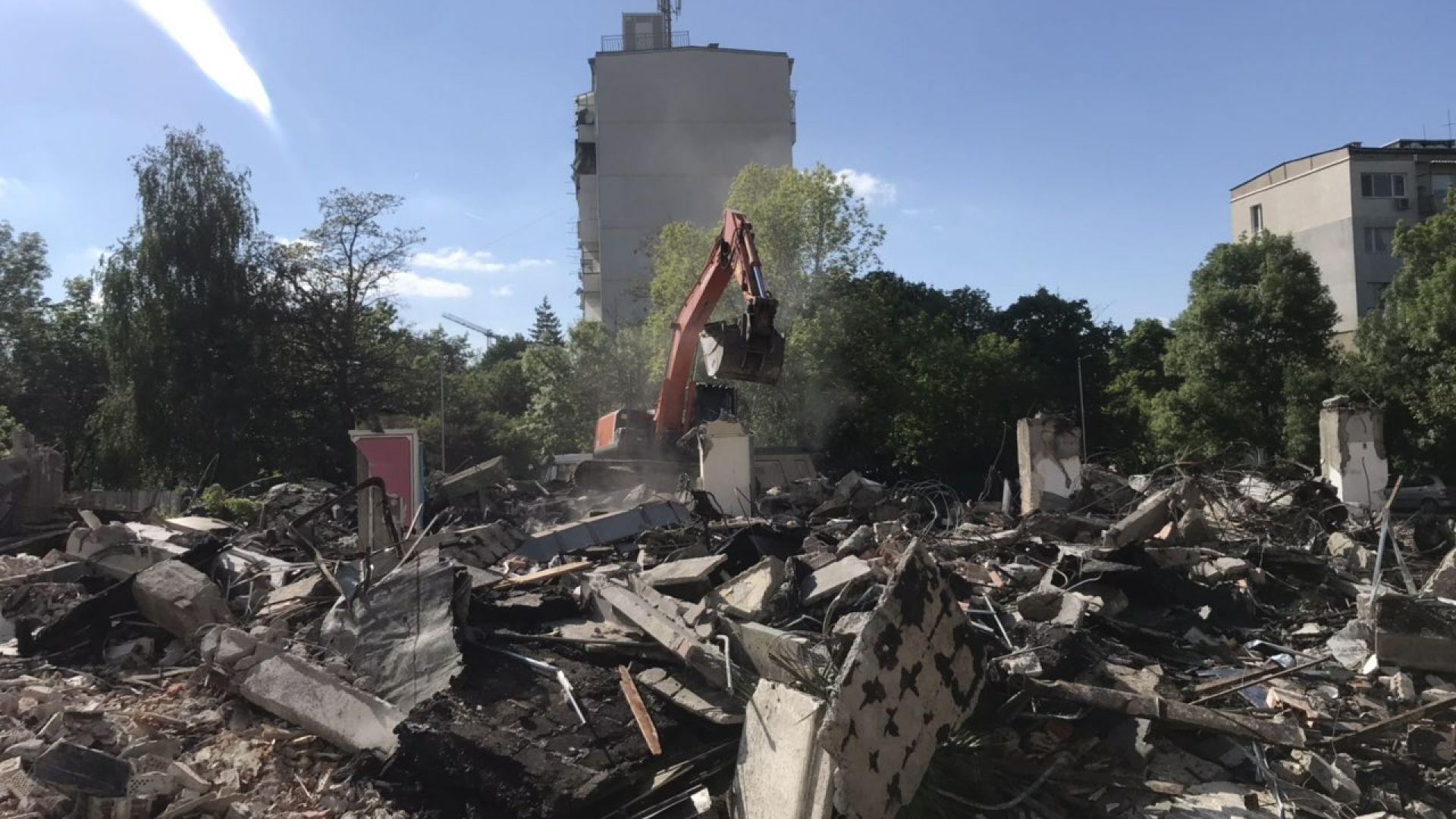 Събориха заведението, пред което застреляха Васил Илиев