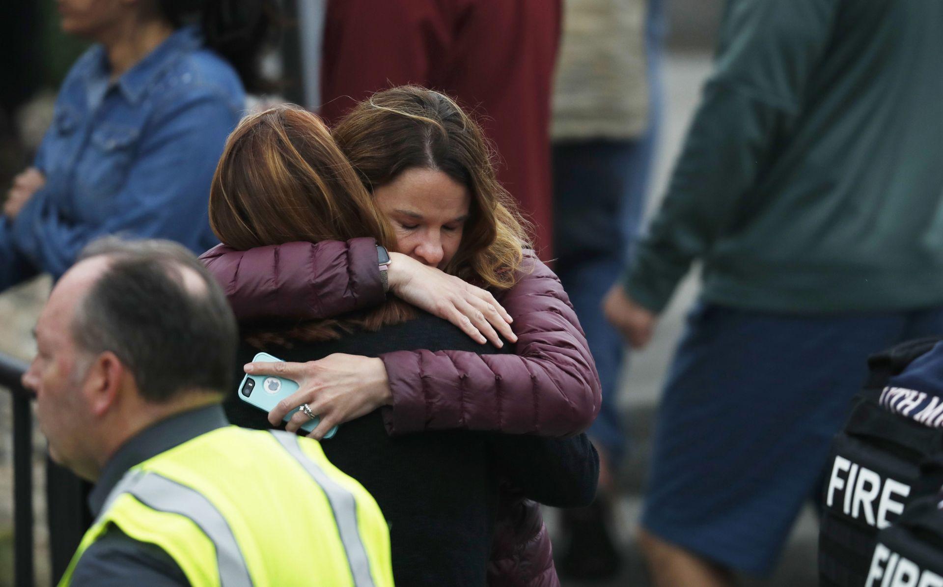 Майка прегръща дъщеря си след стрелбата в училището