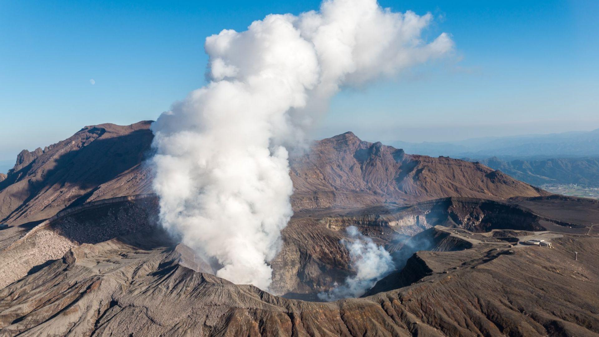 Отново изригна  вулканът Асо  в Япония (видео)
