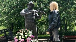 Лили Иванова се поклони пред паметника на Тодор Колев в Шумен (снимки)