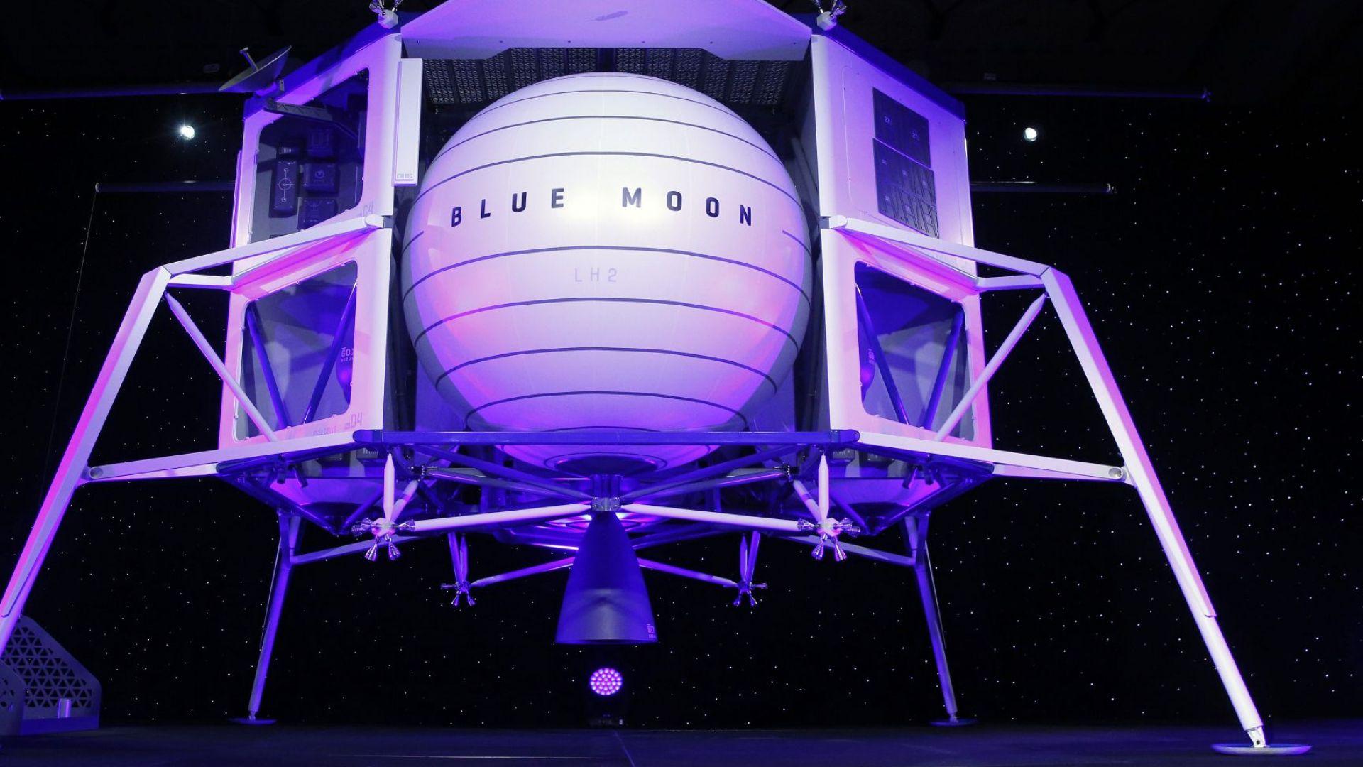 """Шефът на """"Амазон"""" показа макет на лунния апарат """"Блу муун"""" (снимки)"""