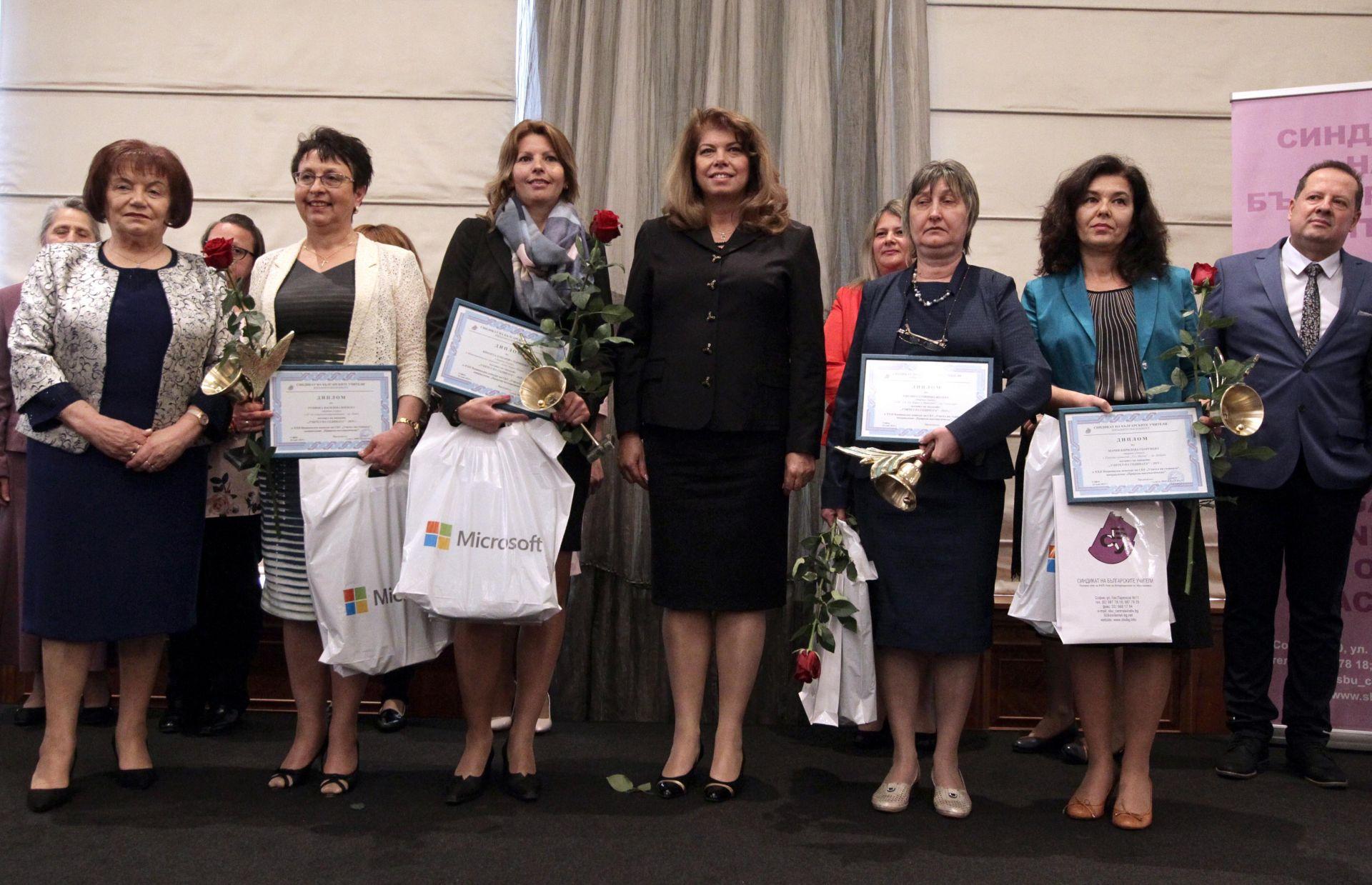 Вицепрезидентът Илияна Йотова с отличените учители
