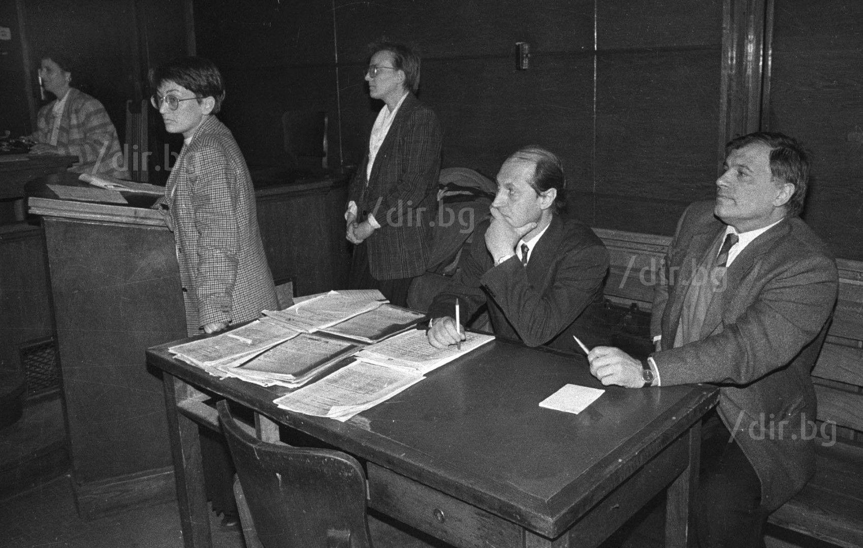 Като подсъдим на делото за незаконно притежаване на оръжие, адвокати са му Ина Лулчева и Георги Гатев, 12 март 1996 г. / Снимка: Иван Григоров /