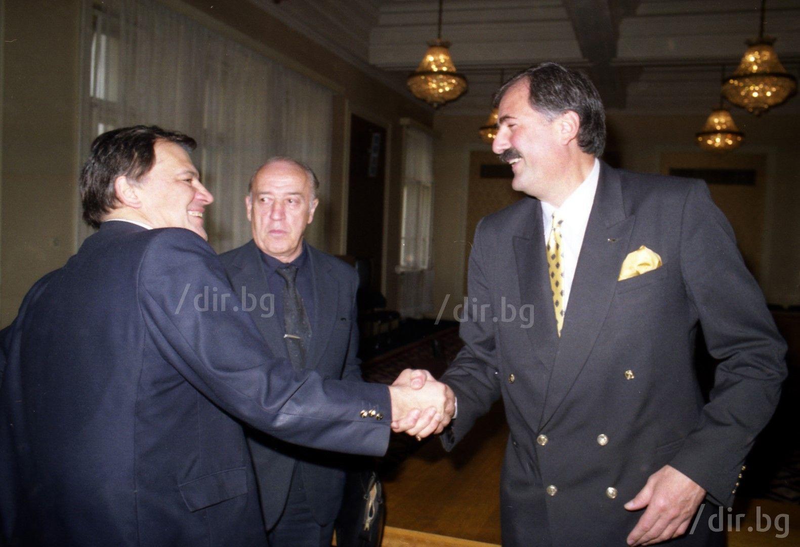 Здрависване с Жорж Ганчев в парламента, 1995 г. / Снимка: Иван Григоров /