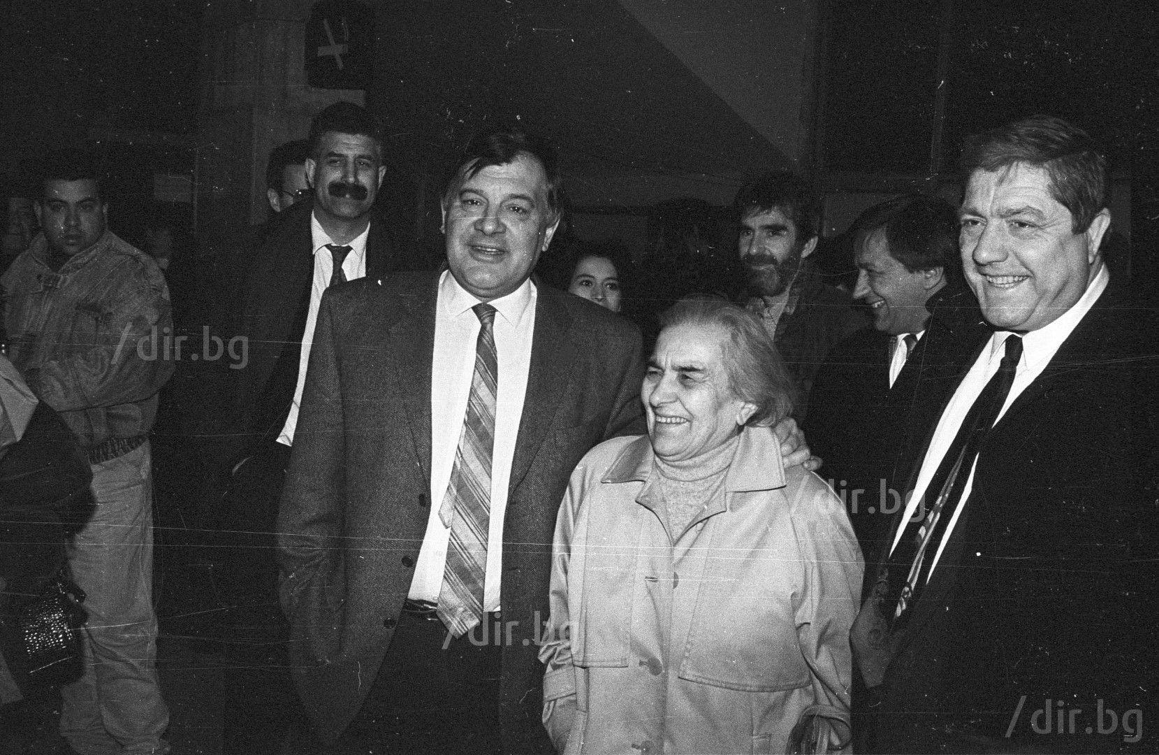 С майка си на делото за незаконното оръжие, 1996 г.  / Снимка: Иван Григоров /